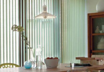 vertikalnye-zhalyuzi-v-interere-stolovoj